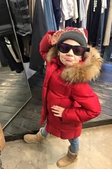 8. Februar 2017  Auch diese Sonnenbrille inspiriert die Kleine zu einer Pose. Etwas zu groß, aber sonst passt die Brille zu ihrem Winterlook.