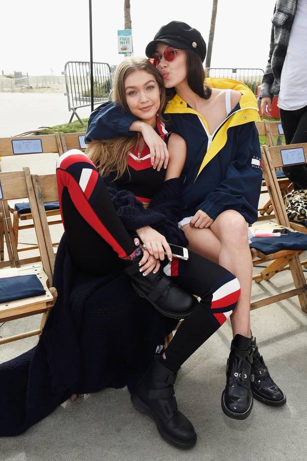 Schwesterliebe! Gigi und Bella Hadid haben während der Vorbereitung zur Tommyland-Show noch genug Zeit für Kuscheleinheiten.