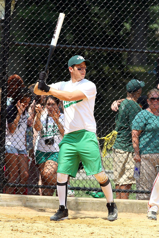 Popstar Nick Jonas (Jonas Brothers) spielt Softball, um fit zu bleiben