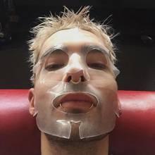 """Für sein Video-Shoot zu """"What if"""" versucht """"Tokio Hotel""""-Star Bill Kaulitz sein Gesicht mit """"Magicstripes"""" frisch zu halten."""