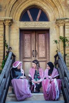 Königin Ranias Schönheit wird eigentlich nur von ihrem Gespür für Mode übertroffen. Schauen Sie sich ihren traumhaft schönen Kaftan auf dem nächsten Bild genauer an...