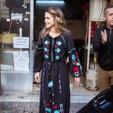 Beim Besuch der jordanischen Stadt Al Salt trägt die schöne Königin einen Kaftan im Folklore-Style.
