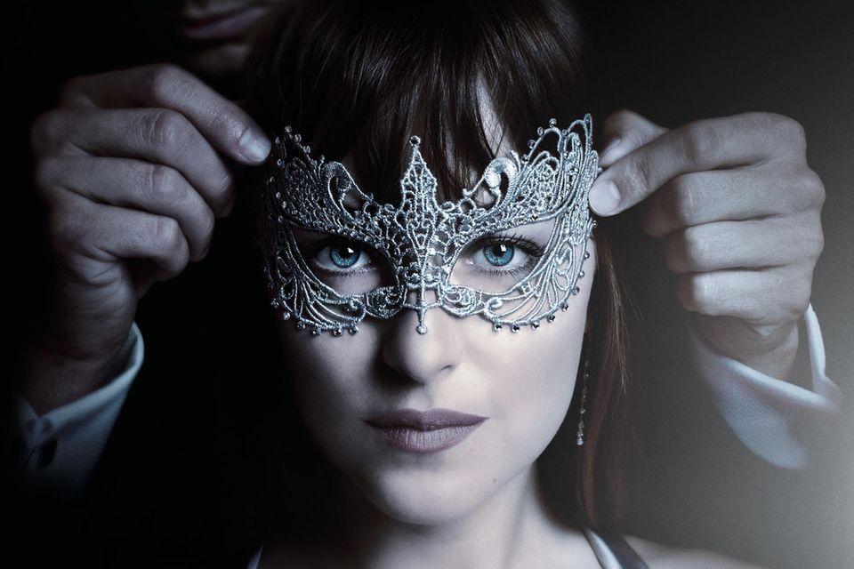 In Teil 2 der Trilogie macht Christian Grey, der Milliardär mit Vorliebe für SM-Sex, Anastasia Steele einen Antrag. Und seine Ex-Sklavin taucht auf …