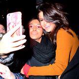 Mehr kann sich ein Fan nicht wünschen: Für ein gemeinsames Selfie nimmt Selena Gomez die junge Frau fest in den Arm und grinst fröhlich in die Handykamera.