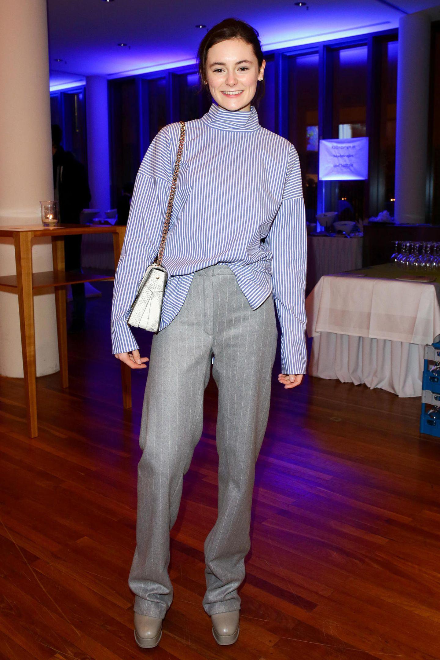 Nachwuchsstar Lea van Acken zeigt sichbeim Auftaktempfang der Produzentenallianz zur 67. Berlinale ganz stylisch in Hellblau und Grau.