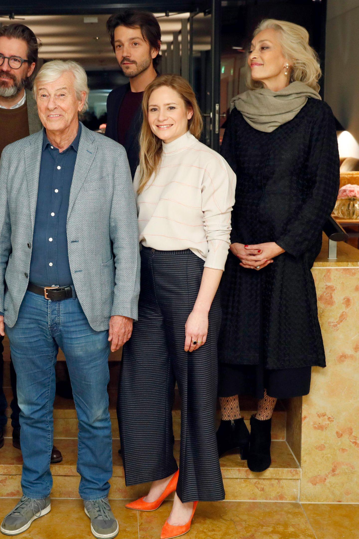 Elegant-maritim zeigt sich Jury-Mitglied Julia Jentsch bei einem ersten Fototermin zu Beginn der Berlinale 2016. Jury-KolleginDora Bouchoucha Fourati zeigt sich hingegen mit Wollkleid und warmem Schal eher verschlossen.