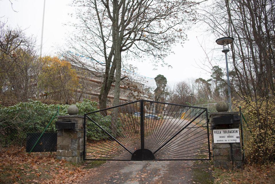 So sah Solbacken im November aus: Die Villa ist komplett eingerüstet. Aber zumindest erkennt man noch die alte Fassade.