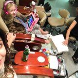 4. Dezember 2016  Früh übt sich: Carmen ist mit ihrer Mama im Beautysalon. Die Dreijährige möchte auch gepflegte Füße haben.