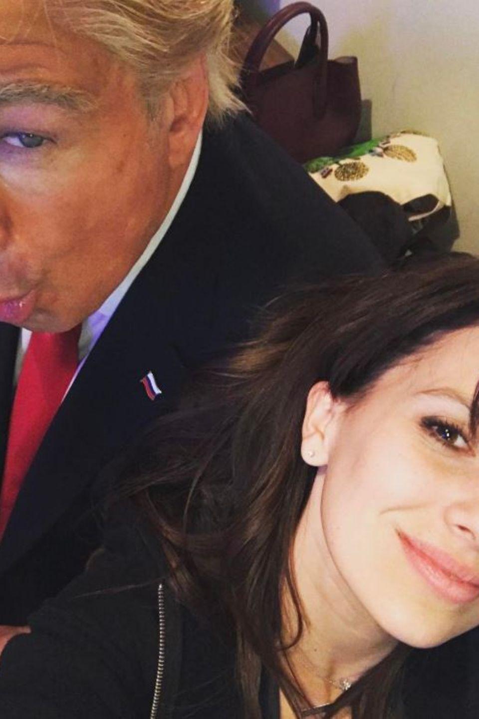 """15. Januar 2017  Es ist """"Saturday Night Live""""- Zeit, eine amerikanische Polit-Comedy-Show und Alec Baldwin ist bereits in seine Paraderolle als President Trump geschlüpft, aber für ein Selfie mit Hilaria ist auf jeden Fall noch Zeit."""