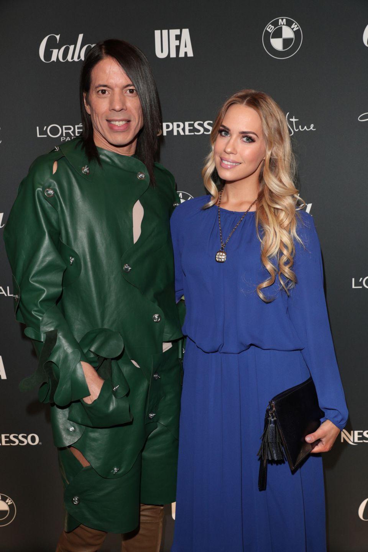 Farbenfrohes Duo: Jorge Gonzalez und Lara Isabelle Rentinck posieren gemeinsam für ein Foto.