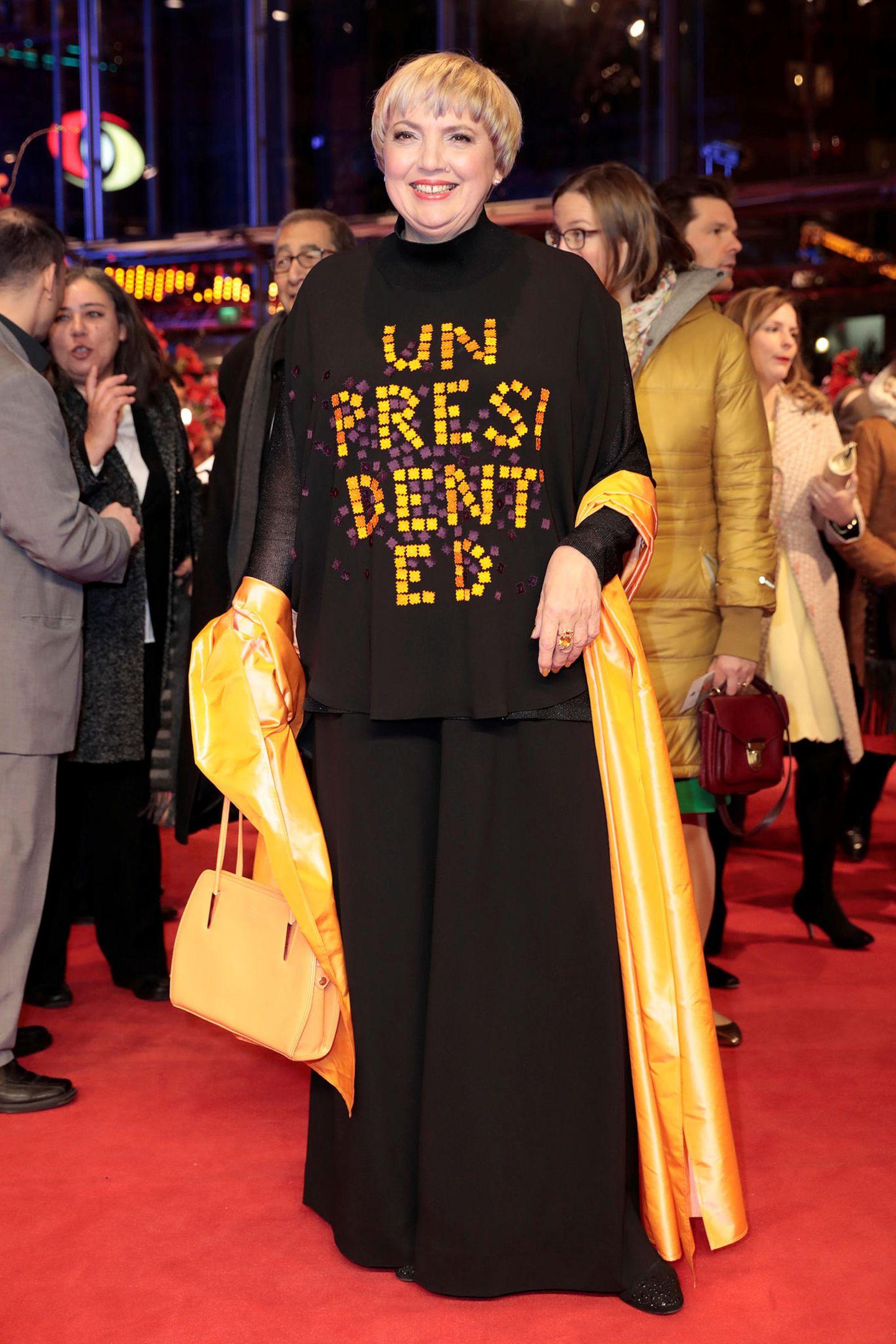 Protest-Outfit mit Wortspiel: Claudia Roth macht mit ihrem Look wohl auf den (nicht im Positiven) beispiellosen Präsidenten Trump aufmerksam.