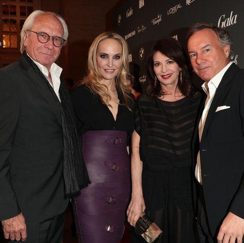 Die Gastgeber des Abends: Wolf Bauer (UFA, l.), GALA-Chefredakteurin Anne Meyer-Minnemann (2.v.l.) und Nico Hofmann (UFA) lassen sich zusammen mit Schauspielerin Iris Berben zu Beginn der Party ablichten.
