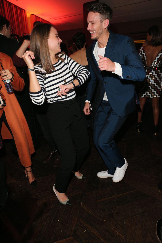 Sonja Gerhardt und Vladimir Burlakov tanzen ausgelassen.