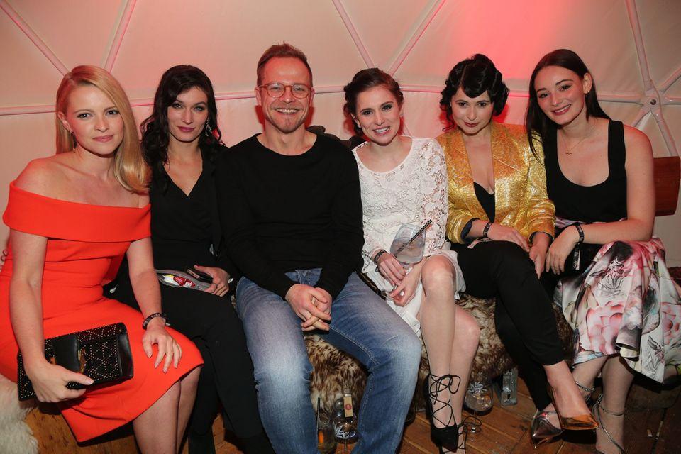 Gut gelaunte Party-Truppe: Jennifer Ulrich, Sylta Fee-Wegmann, Matthias Koeberlin, Josephine Preuss, Anna Fischer und Maria Ehrich(von links nach rechts)