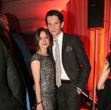 Alice Dwyer und ihr Freund Sabin Tambrea fühlen sich sehr wohl auf der Feier.