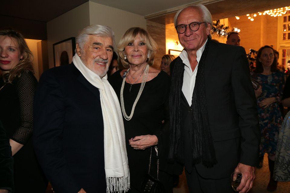 Mario Adorf (l.) und seine Frau Monique posieren mit Wolf Bauer für die Fotografen.
