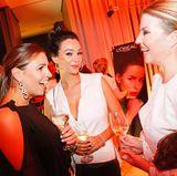 Laura Wontorra (l.), Verona Pooth und Eva Ringer genießen die ausgelassene Stimmung hinter den Kulissen. Die Stars haben hier die Gelegenheit sich vom L'Oréal-Team auffrischen zu lassen.