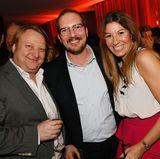 Heiko Hager (G+J, l.) Maik Homeyer von MSC Kreuzfahrten (Head of Marketing + PR) und Yasmin von Schlieffen (Mrs. Politely) feiern den Abend.