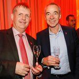 Dr. Michael de Vries (GALA) und Thomas Wirz (Pommery) trinken ein Gläschen Champagner zusammen.