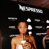 Moderatorin Annabelle Mandeng braucht einen Kickstarter, denLiquid Breakfast. Den bekommt sie am Nespresso-Stand.