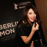 Iris Berbenschminkt sich bei L'Oréal Paris noch schnelldie Lippen nach.