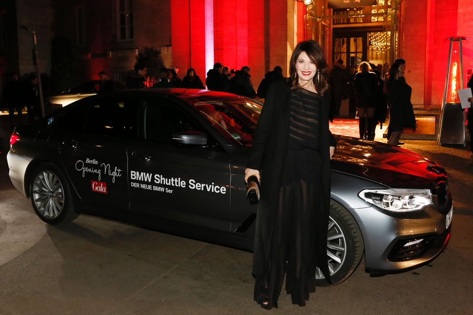 Schnell raus aus dem Auto und dann rein in die Wärme: Iris Berben (in Nobi Talai) kommt bei der Berlin Opening Night an.