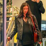 Ein aktuelles Foto zeigt Model Irina Shayk in einem weiten schwarzen Pullover mit eindeutigem Babybauch.