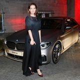 Schauspielerin Alexandra Neldel freut sich über den BMW-Shuttle, erspart es doch die dicke Jacke über der Robe.