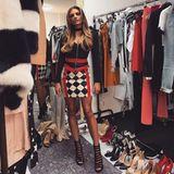 Man sieht vor lauter Kleidern ihre Kleider nicht: Sophia Thomalla posiert inmitten eines Kleider- und Schuh-Chaos in einem knappen Kleid, zu dem sie einen Choker kombiniert.