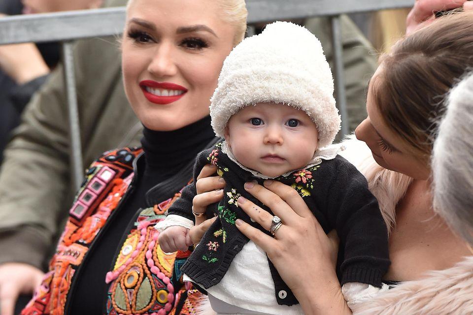 Auch Gwen Stefani ist gekommen. Der eigentliche Star ist an diesem Tag aber eindeutig die kleine Dusty Rose.