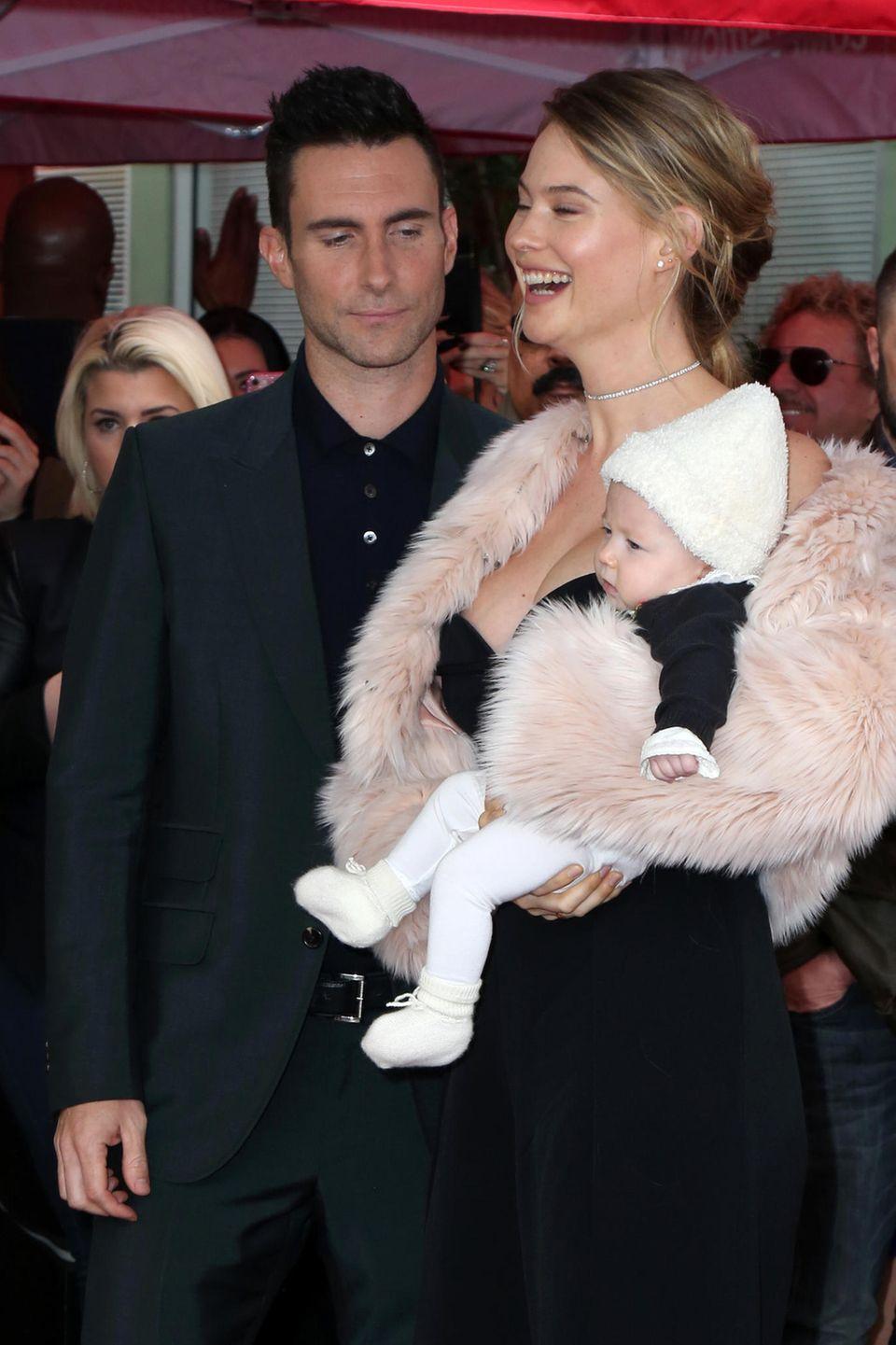 Adam Levine bringt seine Frau Behati Prinsloo und Töchterchen Dusty Rose mit zum Walk of Fame, wo er einen Stern bekommt.