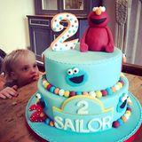 Sailor macht ganz schön große Augen: Mama Liv Tyler für diese großartige Geburtstagstorte gesorgt.