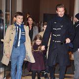 Familie Beckham macht sich auf den Weg zur Fashion Show von Mama Victoria. David, Töchterchen Harper und die Söhne Romeo (links) und Cruz (versteckt hinter David) haben sich extra schick gemacht.