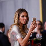 Heidi Klum hält die schönsten Momente des Abends mit ihrem Handy fest.