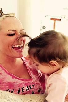 """11. Februar 2017  Die kleine Sophia kitzelt ihre Mama mit ihrer """"Mallorca-Palmen-Frisur"""". Da kann auch Daniela Katzenberger das Lachen nicht zurückhalten."""