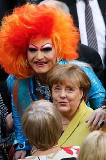12. Februar 2017  Etwas Farbe im schnöden Politalltag: Dragqueen Olivia Jones durfte, auf Einladung der Grünen, bei der Wahl des Bundespräsidenten mitwählen. Sie hat die Gelegenheit genutzt und ein Foto mit Bundeskanzlerin Angela Merkel gemacht. Lässig legt sie dabei ihre Hand auf ihre Schulter.