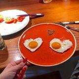Zum Valentinstag hat Daniela Katzenberger ihrem Liebsten herzförmige Spiegeleier zum Frühstück aufgetischt.