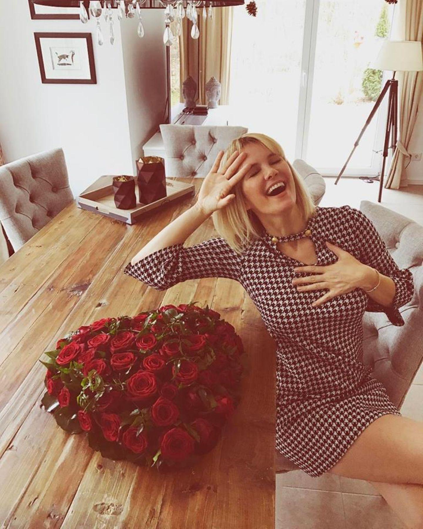 """""""Eigentlich halte ich nichts von dem Valentinstag Kitsch....  Aber als die Fleurop Frau gerade zweimal klingelte, hab ich mich schon sehr gefreut... Und als ich die Rosen auspackte, traf es mich voll ins Herz!!!! Danke mein Schatz!"""" - postete Monica-Ivancan."""