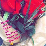 """""""Danke mein Schatz, die Überraschung ist gelungen"""", postet Sarah Knappik und teilt ein Foto ihres Blumenstraußes."""
