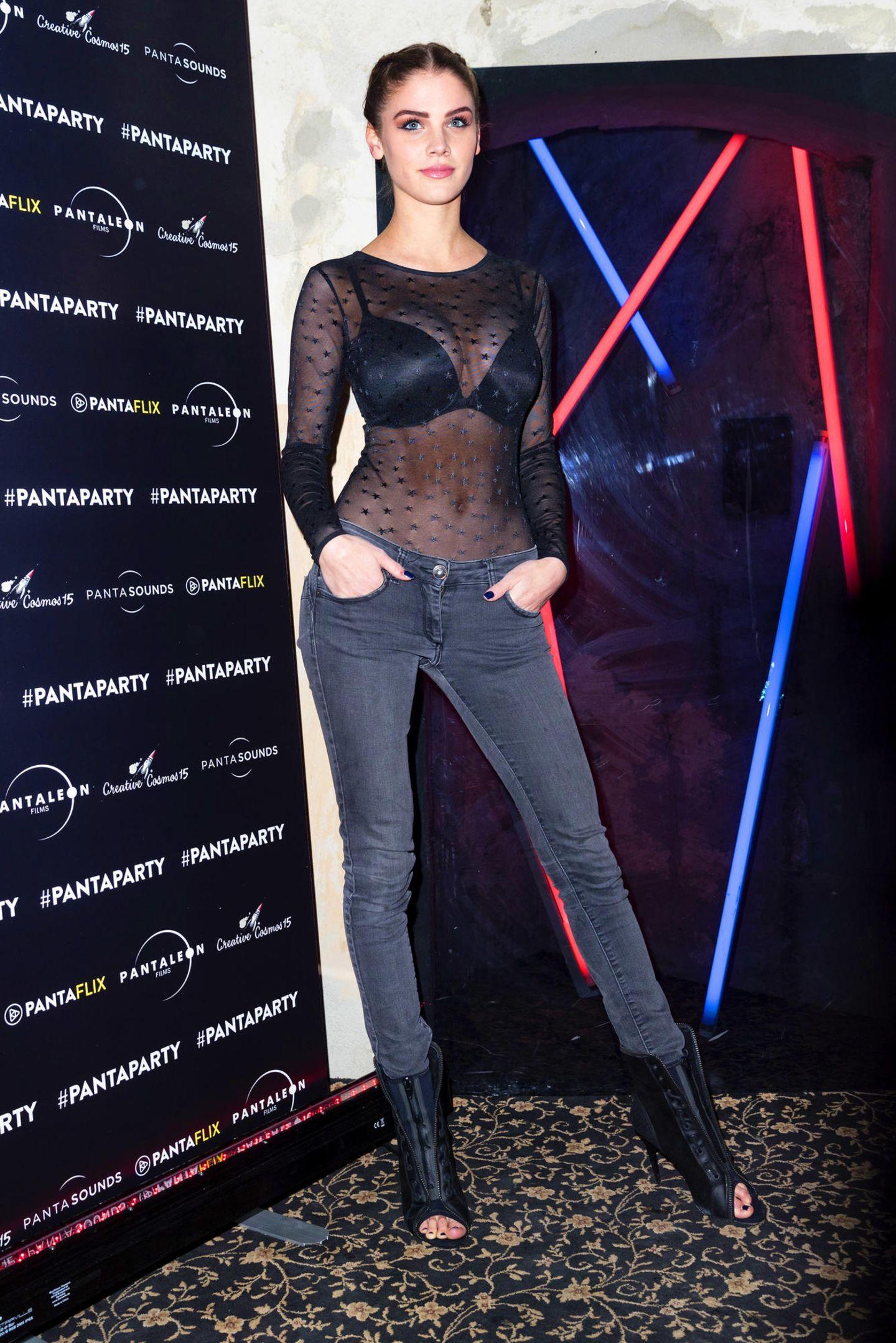 Zu sexy für die Filmfestspiele? Bei einer Berlinale-Party präsentiert sich Schauspielerin Lisa Tomaschewsky im transparenten Spitzen-Body.