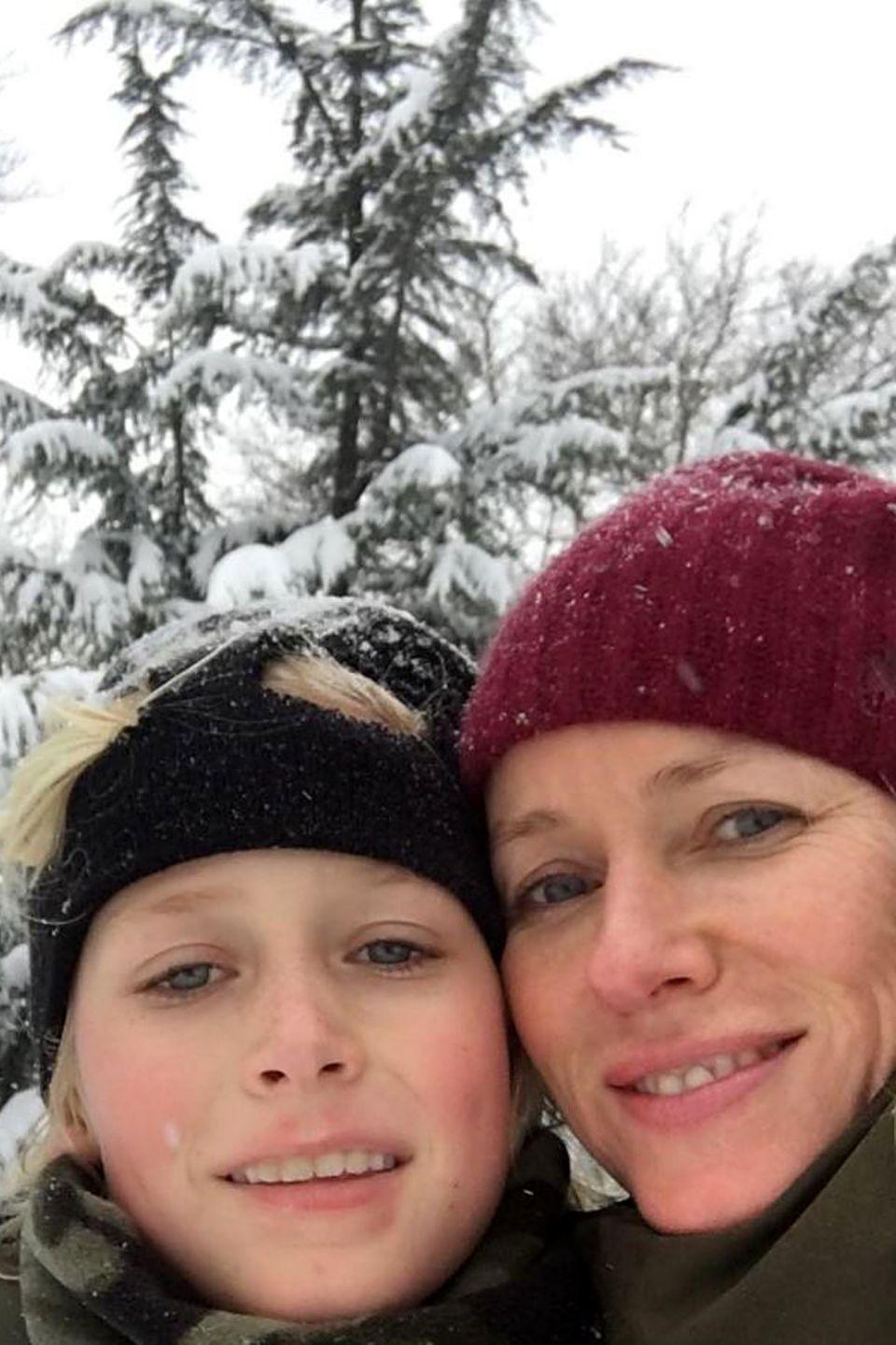 Alexander Pete Schreiber und Naomi Watts  Diese beiden sind definitiv verwandt. Hollywoodschauspielerin Naomi Watts hat zwei Söhne. Hier lässt sie sich mit Alexander im Schnee fotografieren. Ihr Erstgeborener sieht ihr verblüffend ähnlich.