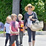 """""""Modern Family""""-Star Julie Bowen hat auch im realen Leben drei Kids: Oliver (vorne) und die Zwillinge Gustav und John."""