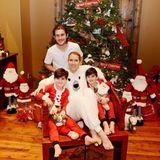 Ein Weihnachtsfoto von Céline Dion und ihren drei Söhnen: René-Charles und den Zwillingen Eddy und Nelson.