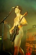 9. Februar 2017  Robbie Williams sorgte in der Vergangenheit immer wieder für Skandale. Dieses Bild gehört nicht dazu. Es ist nur ein Bühnenoutfit und er kann es tragen im Jahre 1997.