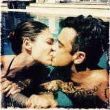 """9. Februar 2017  """"Love Is In The Air"""". Robbie und Ayda sind seit 2010 verheiratet, aber kein Grund nicht mehr wie verliebte Teenager zu knutschen."""