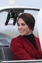 Ihre brünetten Haare trägt sie zu einem Dutt im Nacken zusammengeknotet. Ihr schönstes Accessoire ist aber wie immer ihr strahlendes Lächeln.