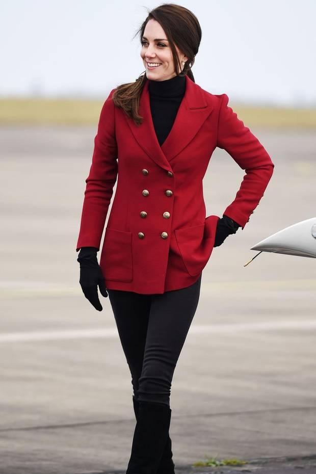 """In einem doppelreihigen, dunkelroten Blazer des Labels """"Philosophy di Lorenzo Serafini"""" und in einem schwarzen Rollkragenpullover verstrahlt Herzogin Catherine royalen Glanz auf dem Flugplatz der RAF Luftbasis."""