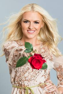 Die blonde Erika hat nicht zuletzt aufgrund ihrer attraktiven Erscheinung gute Chancen auf den Sieg. Make-Up trägt sie gerne und legt es auch nicht ganz ab ...