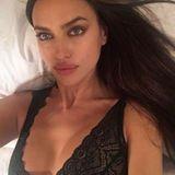 Irina Shayk postet aus dem Bett ein sexy Bild in Unterwäsche.