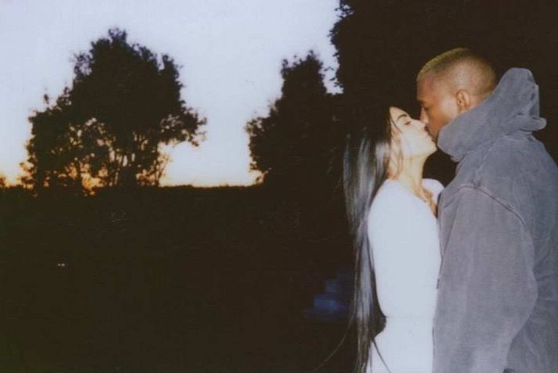 Kim Kardashian gibt Kanye West einen zärtlichen Kuss.